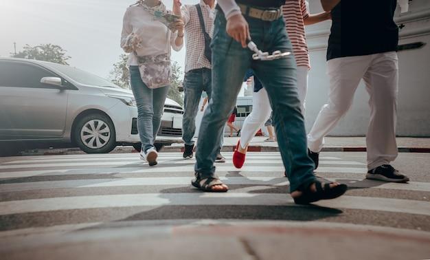 Veel mensen liepen aan de overkant van de straat