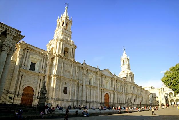 Veel mensen ontspannen voor de kathedraal van arequipa in peru