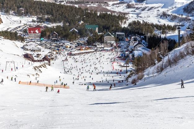 Veel mensen skiën op de berg elbrus