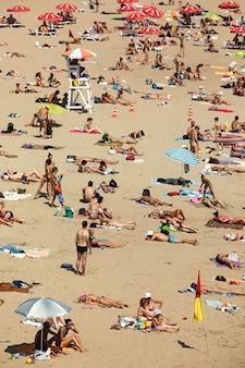 Veel mensen zonnebaden op het strand van kiev bij de rivier de dnjepr