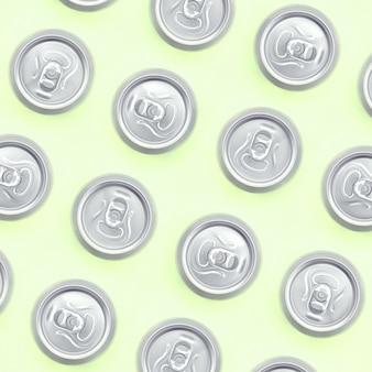 Veel metalen bierblikjes op textuur van mode pastel limoen kleur papier