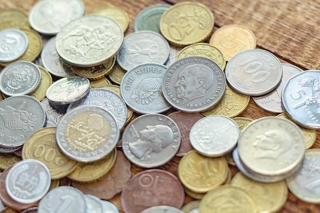 Veel metalen munten op de houten achtergrond