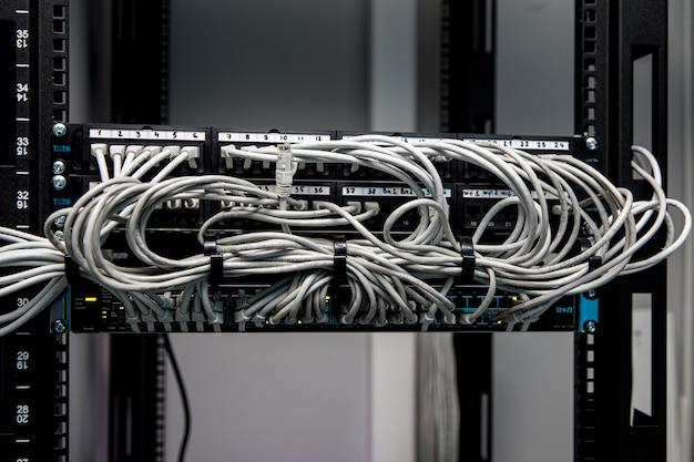 Veel netwerkkabels aangesloten in een grote netwerkswitch.