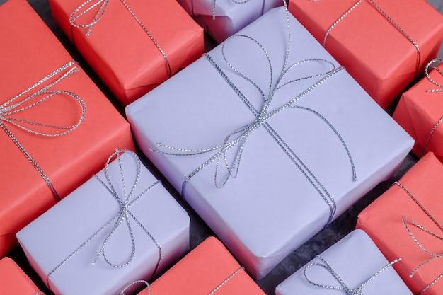 Veel nieuwe jaarcadeaus verpakt in rood en lila papier