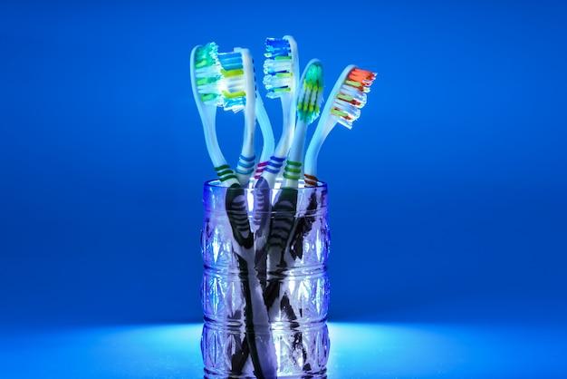 Veel nieuwe plastic tandenborstels in een glas