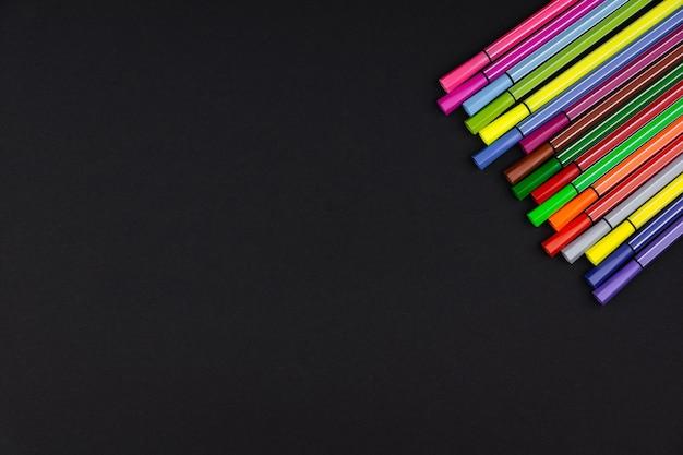 Veel nieuwe veelkleurige markeringen op een zwarte achtergrond