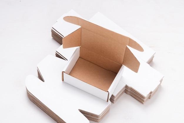 Veel ongevouwen kartonnen dozen ov houten bureau