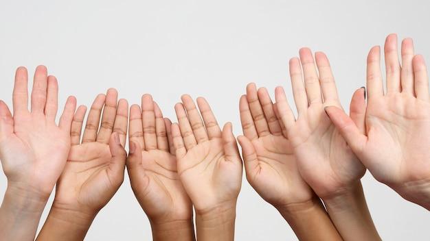 Veel opgestoken handen op een rij. samenwerking en vereniging van vrienden