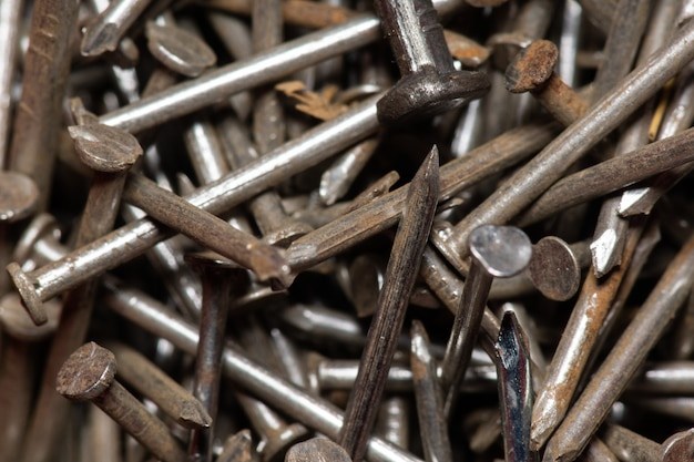 Veel oude roestige spijkers, achtergrond en textuur van roestige spijkers. roestige spijkers als achtergrond