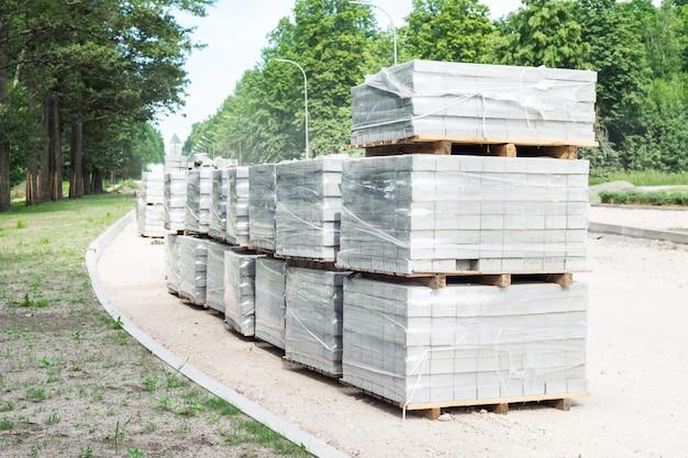 Veel pallets met bloks voor wegwerkzaamheden