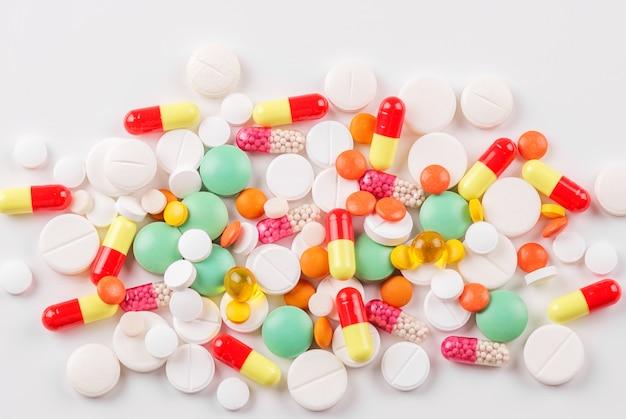 Veel pillen en vitamines. bovenaanzicht. het concept van geneeskunde, ziekte, gezondheid.
