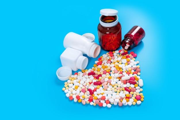 Veel pillen in de vorm van een hart