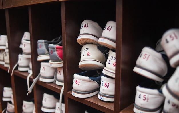 Veel planken met schoenen om te bowlen.