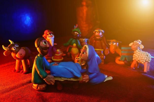 Veel plasticinefiguren rond het thema kerstmis met prachtige verlichting