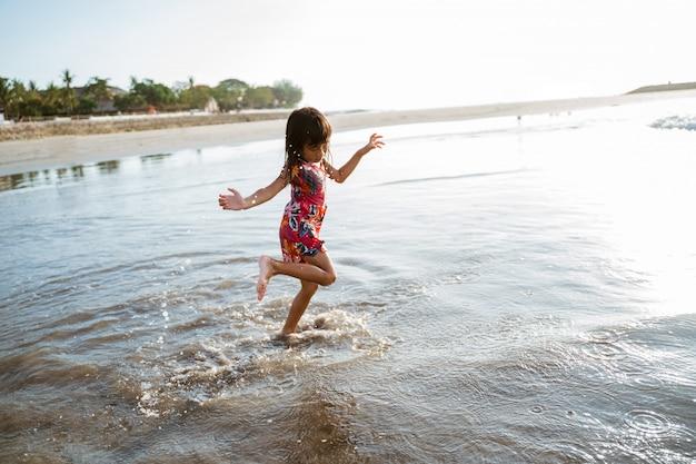 Veel plezier met het rennen van een klein aziatisch meisje