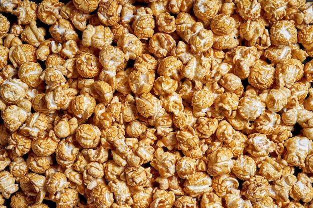 Veel popcorn met zoete karamel close-up voor films