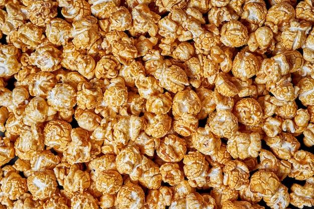 Veel popcorn met zoete karamel van dichtbij