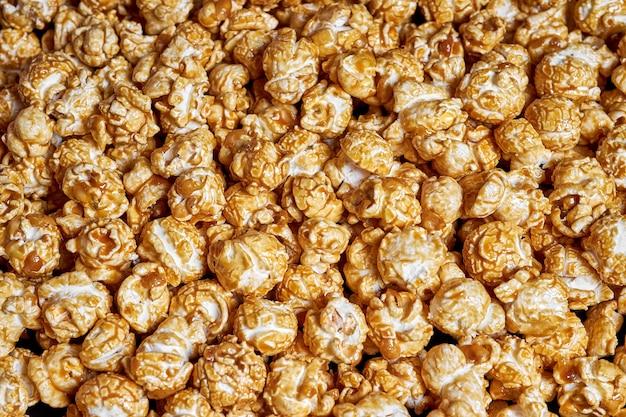 Veel popcorn met zoete karamelclose-up voor films