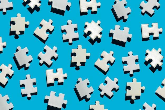 Veel puzzelstukjes op een blauwe achtergrond