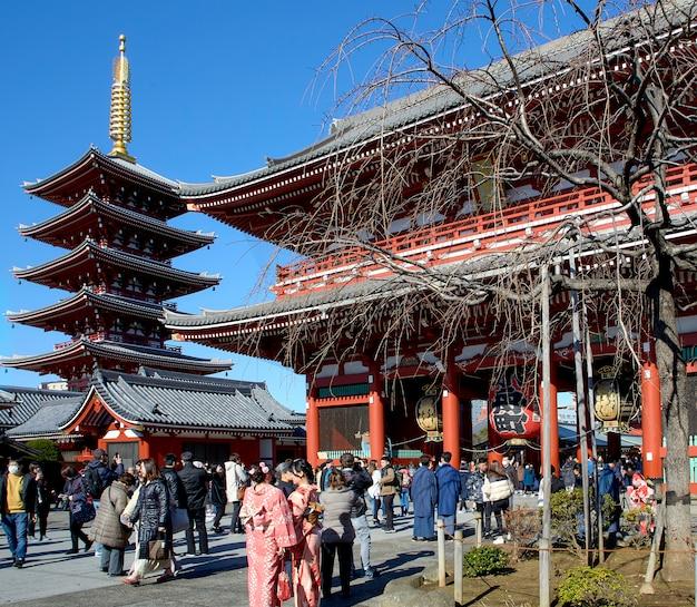 Veel reizigers bij de ingang van de sensoji-tempel