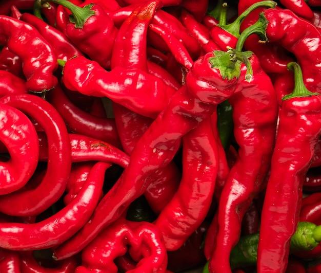Veel rode hele vruchten van hete peper, volledig frame