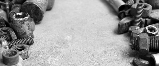 Veel roeststaal op cementgrond in zwart-witte fotografie