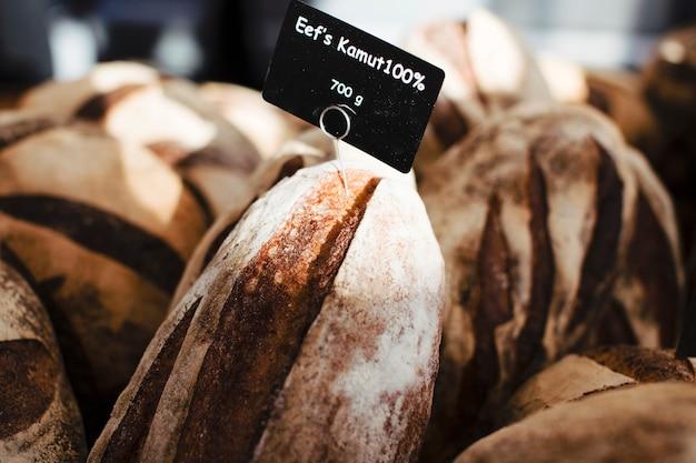Veel rustiek gebakken brood met zwarte tag