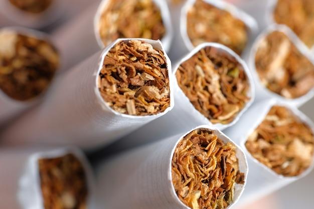 Veel sigaretten in wit papier.
