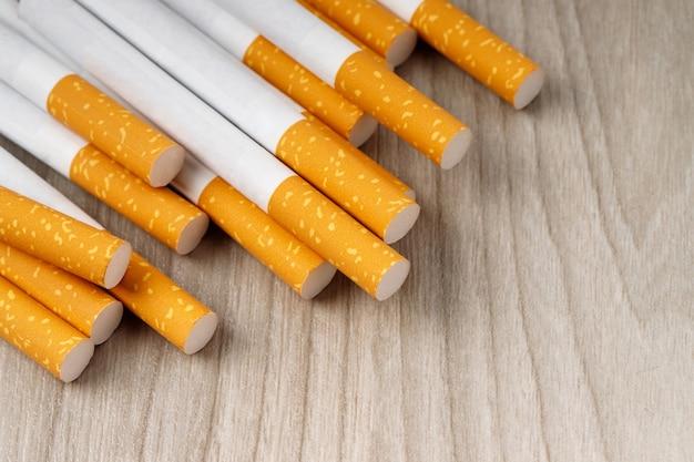 Veel sigaretten worden op de houten vloer gelegd, ze zijn schadelijk voor de gezondheid.