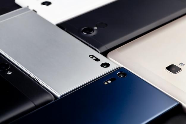 Veel smartphones en tablets liggen op tafel. het uitzicht vanaf de top.