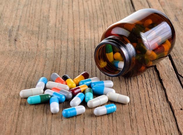 Veel soorten drugs uit de fles op houten muur