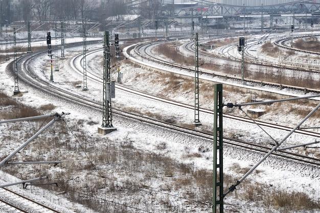 Veel spoorlijnen bedekt met verse sneeuw in duitsland