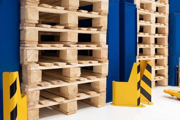 Veel stapels gebruikte houten pallets van het euro-type op magazijn zijn klaar voor recycling. industriële achtergrond. detailopname.