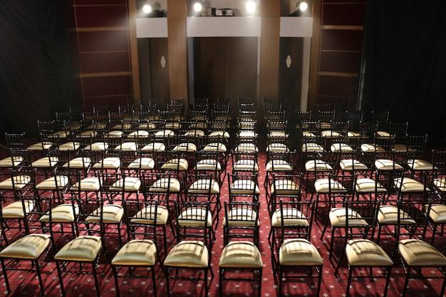 Veel stoelen op een rij in auditorium