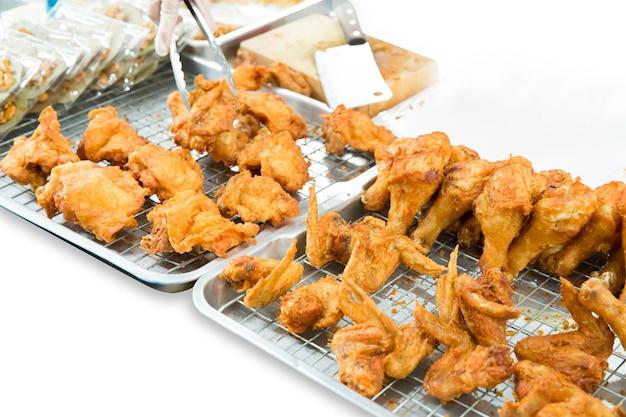 Veel stukjes thai fried chicken, focus selectief.