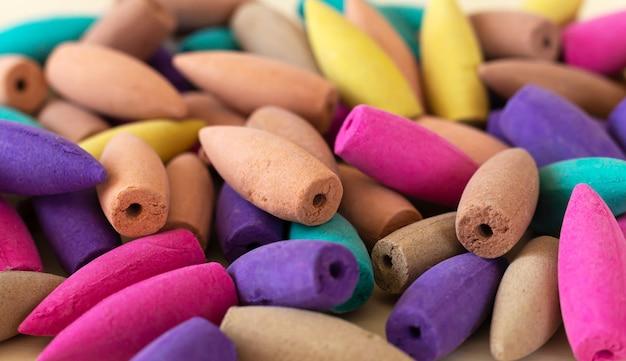 Veel traditionele natuurlijke kleurrijke wierookkegels close-up