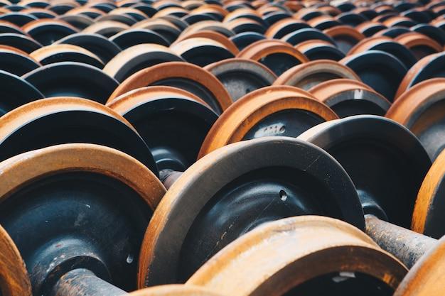 Veel treinwielen waren productie in de fabriek.