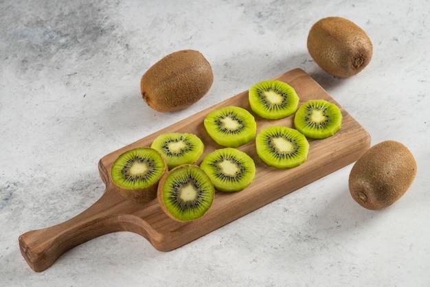 Veel van kiwi's op een houten bord.