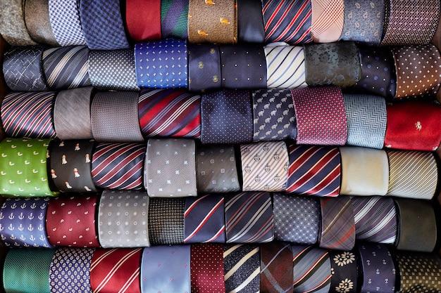 Veel veelkleurig met patronenbanden die in rij liggen