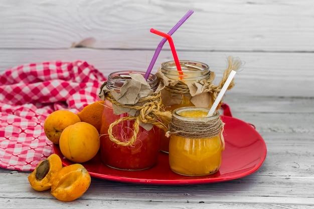 Veel vers fruit, gesneden op houten muur, drankje, gezond eten
