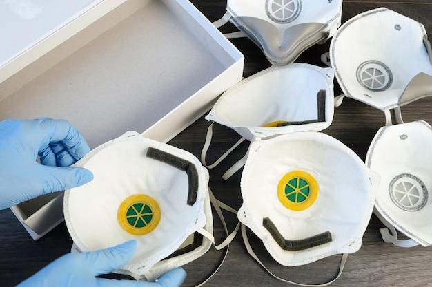 Veel verschillende ademhalingsmaskers met een hoog beschermingsniveau. bescherming tegen coronavirus. respritors productie, verpakking en levering, close-up