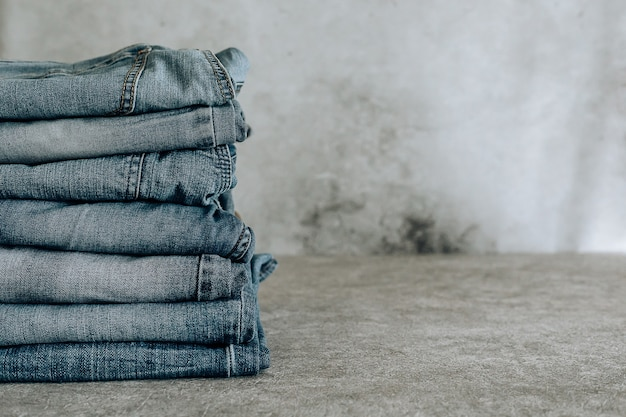 Veel verschillende blauwe jeans blue jeans, stapel jeans.