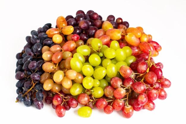 Veel verschillende druivenrassen geïsoleerd op een witte achtergrond