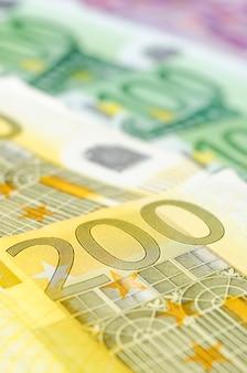 Veel verschillende eurobiljetten. close-up 200 euro.