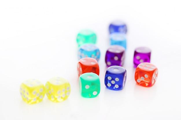 Veel verschillende gekleurde dobbelstenen