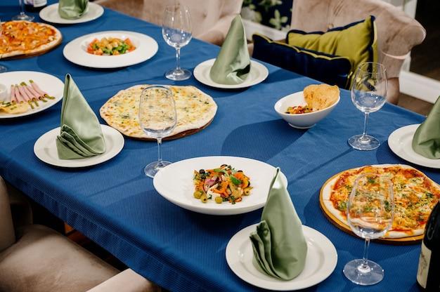 Veel verschillende heerlijke gerechten op tafel