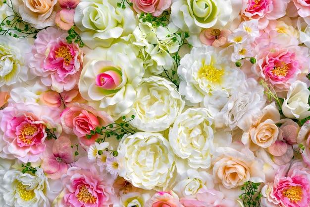 Veel verschillende kleuren. roos achtergrond. kleurrijke roze muur achtergrond met verschillende soorten rozen.