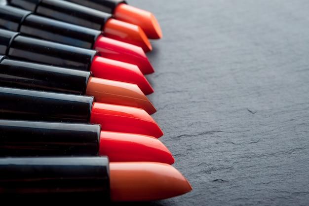 Veel verschillende lippenstiften, verschillende kleuren