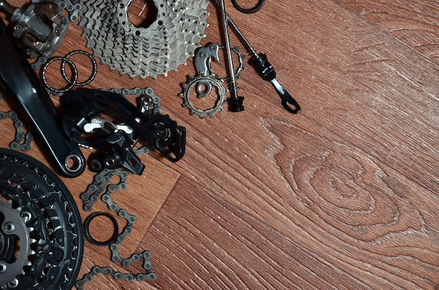 Veel verschillende metalen onderdelen en componenten van het loopwerk van een sportfiets