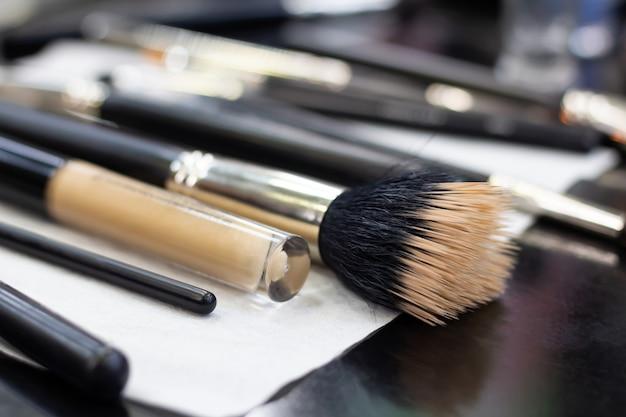 Veel verschillende penselen voor het aanbrengen van make-up op de tafel van de visagist. detailopname.